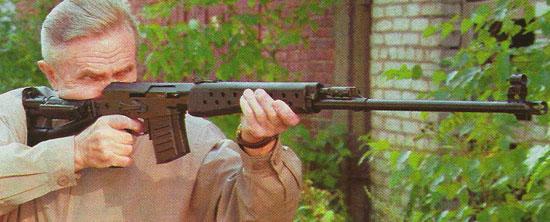 Один из создателей СВК - Азарий Иванович Нестеров с винтовкой СВК-С