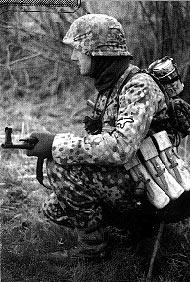 Немецкий солдат вооруженный автоматом MP43 с полным боекомплектом