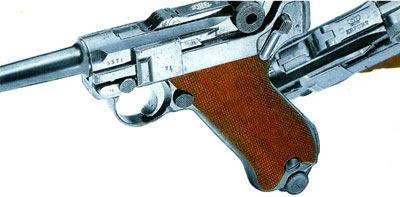 Типичный пистолет P 08 времен первой мировой войны образца 1916 года. Цена - от 2400 до 28000 DM. Кроме DWM, пистолет P 08 в годы первой мировой войны выпускала оружейная фабрика в Эрфурте. На фотографии виден штамп полицейской школы в Сенсбурге. Эти модели усовершенствованы после того, как берлинец Людвиг Шиви запатентовал в июне 1930 года предохранитель тяги спускового крючка.