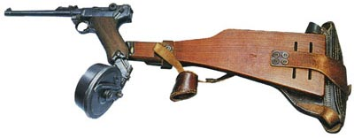 Борхардт-Люгер (Парабеллум) М.1914 кал. 9 мм. Карабинная модель с 32-патронным дисковым магазином Леера. Коренная модернизация пистолета Борхардта на крыльях таланта инженера Георга Люгера.