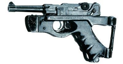 Пожалуй, самая необычная конструкция приклада для пистолета была запатентована Йозефом Бенке (Josef Benke) из Будапешта и Георгом Тиеманом (Georg Thiemann) из Берлина в 1926 году. Деревянные щечки рукоятки были сняты и заменены стальными деталями конструкции, выполненными заодно с частями, охватывающими предохранительную скобу спускового крючка. В таком виде это оружие управлялось одной рукой.