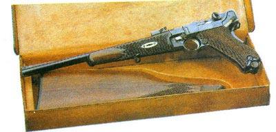 В 1901-1906 гг. было изготовлено очень небольшое количество парабеллум-карабинов. Здесь представлен второй вариант 1902/03 гг. Люгер подарил несколько вариантов оружия серии 1900-х годов известному американскому изобретателю Х. Максиму.