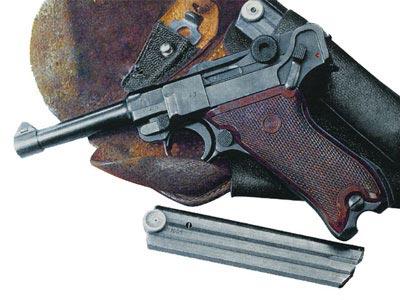 Пистолет P 08, имеющий пластиковые щечки рукоятки.
