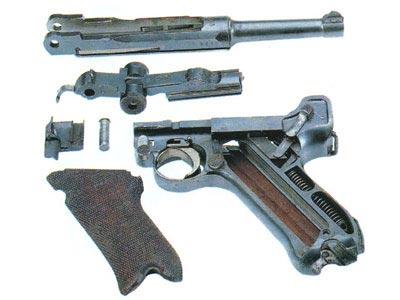 Пистолет 08, разобранный на части для чистки, снята левая щечка рукоятки.