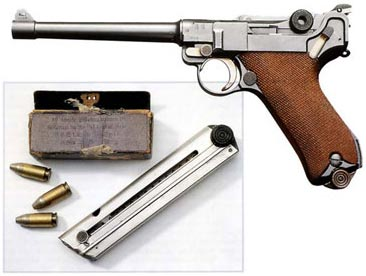 Вверху. Пистолет модели 04-14 с клеймом 1916 г. в очень хорошем состоянии. Слева. Никелированный магазин и патронная коробка 1904 г.