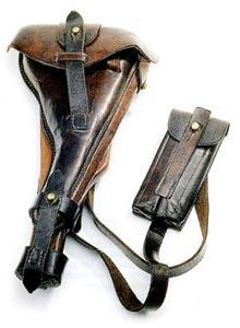 Комплект кожаной амуниции пистолета обр. 1904 г., включающий кобуру с присоединенным к ней прикладом и подсумок для двух магазинов.