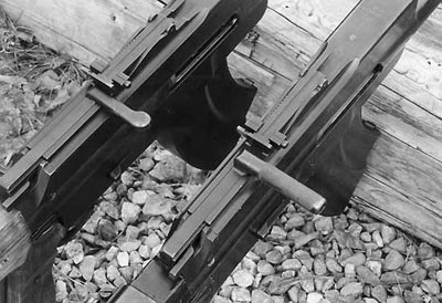 В зависимости от года выпуска на пулеметах L/S 26 встречались два различных типа рукояток перезаряжания. На фото справа пулемет более позднего выпуска