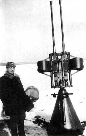 Аймо Лахти рядом с 20-мм зенитной установкой своей конструкции