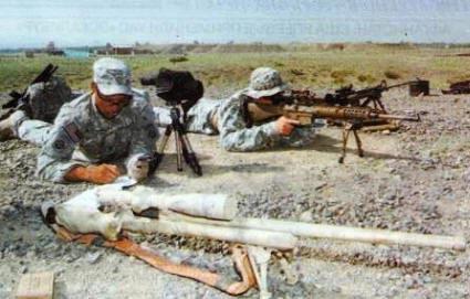 Американские снайперы из состава 4-го эскадрона 73-го кавалерийского полка (82-я воздушно-десантная дивизия) осваивают новую винтовку ХМ110 SASS во время учебно-боевых стрельб. На переднем плане - снайперская винтовка М24, на заднем - стрелок ведет огонь из ХМ 110 SASS. (Передовая оперативная база «Салерно», Афганистан, апрель 2007года)