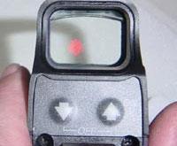 Прицел Bushnell Holo Sight: видна прицельная марка и кнопки управления прибором