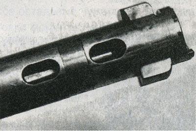 Тело затвора имеет специальные отверстия, направляющие вниз, подальше от лица стрелка, пороховые газы в случае их прорыва.