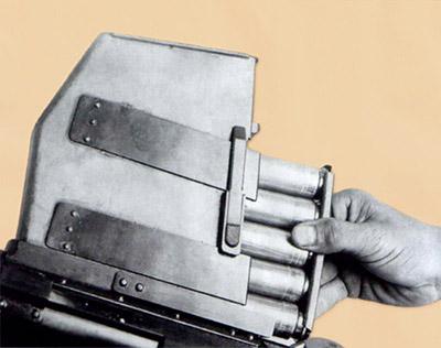 Рис. 4. Снаряжение магазина ПТР Владимирова обоймой с 14,5-мм патронами, 1938 г.