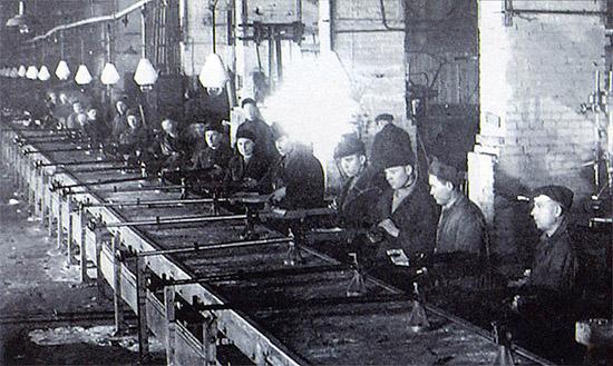 Рис. 14. Сборочный конвейер ПТРС на заводе №614 в Саратове, 1944 г.