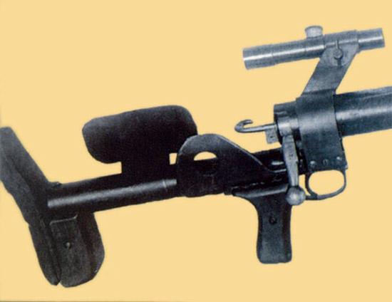 Рис. 20. Противотанковое ружье ПТРД с оптическим прицелом ПУ на опытном кронштейне,1943 г.