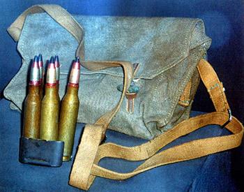 Рис. 3. Обойма ПТРС с пятью 14,5-мм  патронами с бронебойно-зажигательной пулей Б-32 и сумка для патронов.  Обойма с патронами вставлялась в магазин