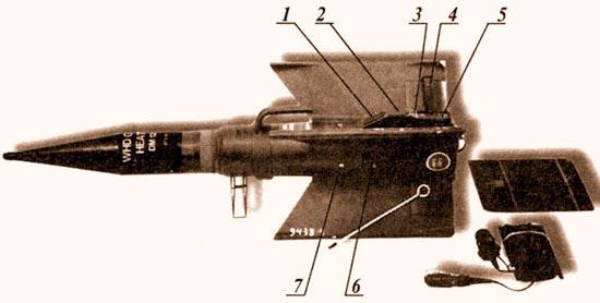 Последний германский ПТУPC «Мамба» с кумулятивно-осколочной боевой частью. 1, 2 – электроконтактные разъемы, 3 – шпилька крепления трассера, 4 – интерцептор управления, 5 – трассер переменного свечения, 7, 6 – крепежные винты. Раскладная металлическая подкладка под сопло двигателя (справа) и кабель к пульту управления. На крыле лежит стержень для фиксации к грунту шнура раскрутки гироскопа