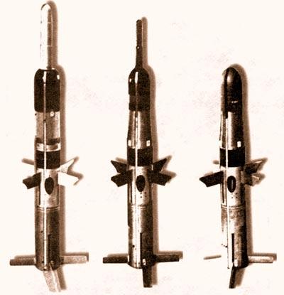 Самый первый «Тоу» (справа), подробно исследовавшийся и испытанный нами. В центре – его модернизация: боевая часть снабжена выпрыгивающим наконечником для предконтактного подрыва, что увеличивает бронепробиваемость. Слева «Тоу-2» с увеличенным до 150 мм калибром боевой части.
