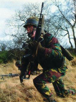 Бельгийский солдат со штурмовой винтовкой FNC