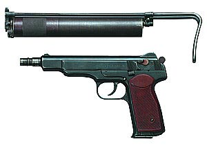 9-мм автоматический бесшумный пистолет АПБ с ПБС примкнутым к металлическому плечевому упору (в походном положении)