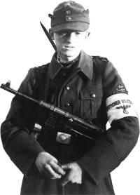 Пистолет-пулемет МР.40 у юного фольксштурмиста. 1945 год