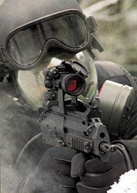Пистолет-пулемет МР7А1 в варианте KSK позволяет применять оптический коллиматорный прицел, даже если на солдата надета маска противогаза