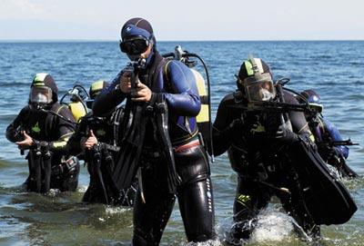 Боевые пловцы, вооруженные специальными подводными автоматами АПС