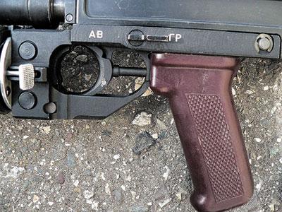 В положении переключателя «ГР» стрельба при нажатии на тот же спусковой крючок ведется из подствольного гранатомета