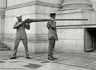 ТТХ 50-миллиметрового дакгана (Англия). Калибр: 50 мм // Длина ствола: 2,75 м // Масса: 80 кг // Масса снаряда: 907 г // дроби типа В (поперечник 3,96 мм) в снаряде 2560 штук // картечи SSSG (поперечник 6,42 мм) в снаряде 576 штук.