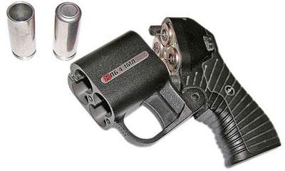 Известный современный травматический пистолет ПБ 4-1 МЛ «Оса» также можно отнести к пеппербоксам. Правда, вращающихся деталей у крошечного пистолетика нет, зато стволов целых четыре. «Оса» относится к «огнестрельному бесствольному» семейству оружия – оно разрешено к гражданскому обороту на территории РФ. В «Осе» используется патрон 18x45 с резиновой пулей диаметром 15,3 мм, а капсюль инициализируется не ударом бойка, а электрическим током. Эффект от попадания пули из «Осы» можно сравнить с ударом боксера-тяжеловеса