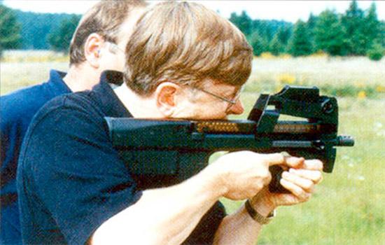 Если  вы не забыли достаточно близко прижаться к коллиматорному прицелу, то  стрелять из P90 приятно. Но он по-прежнему предлагается в основном как  замена пистолету-пулемету, а не как оружие самообороны для экипажей и  тыловых частей