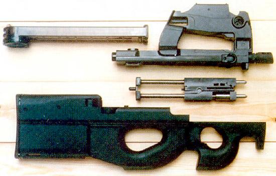 Неполная разборка P90. Да, он в самом деле  простой. Его главная новинка – пластмассовый магазин на 50 патронов:  при подаче патроны в нем поворачиваются на 90 градусов