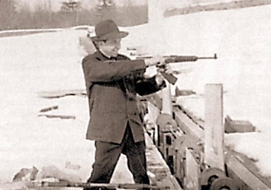 А. Ф. Барышев с одним из первых образцов своего штампованного десантного автомата. 1963 г. Курсы «Выстрел»
