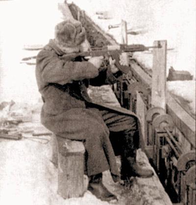 Пехотный вариант автомата Барышева испытывает старшина А. Баринов. 1963 г. Курсы «Выстрел»