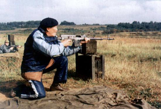E. Хойдуров, заслуженный мастер спорта СССР по пулевой стрельбе: Стрельба с заднего шептала не даст достаточной точности при ведении одиночного огня. А одиночный огонь во многих случаях является наиболее эффективным и экономичным. С этой точки зрения штатное оружие имеет преимущество перед оружием Барышева