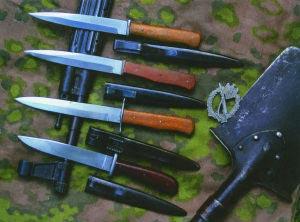 Немецкие боевые ножи — нож «Люфтваффе» и нож «Пума» для ближнего боя с характерной рукояткой из бакелита красного цвета. Крепления на ножнах являются предшественниками современных способов ношения ножей.