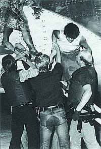 Бойцы ГСГ-9 освобождают 18 октября 1977 года в Могадишо заложников из самолета «Люфтганзы»