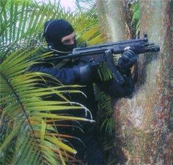 Германский спецназовец с пистолетом-пулеметом MP.5А3, оснащенным тактическим фонарем
