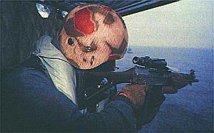 Германский спецназовец ведет прицельную стрельбу из укороченной автоматической штурмовой винтовки SIG SG 551-1Р