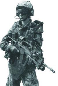 Германский спецназовец со штурмовой винтовкой G.36, оснащенной ЛЦУ и боевым такическим фонарем