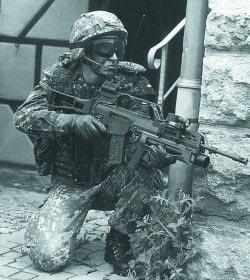 Германский спецназовец со штурмовой винтовкой G.36, оснащенной подствольным гранатометом AG.36; ЛЦУ и боевым такическим фонарем