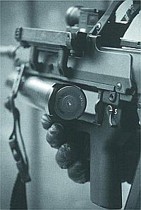 Заряжание подствольного гранатомета AG.36 40-мм выстрелом
