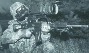 Германский снайпер со штурмовой винтовкой G.36, оборудованной прицелом ночного видения TWS AN/PAS-13(V)