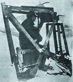 Испытания автомата (штурмовой винтовки) МР.44 с искривленным стволом-насадкой Vorsatz Pz (танковый вариант) на 90 градусов. 1944 год