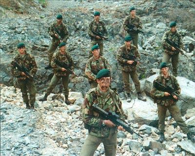 Пехотинцы 42-го полка коммандос Королевской морской пехоты во время первых тренировок с винтовками SA80 в Корнуолле. После испытаний в арктических условиях в 1985 г., когда начали выявляться проблемы, они, должно быть, выглядели еще мрачнее