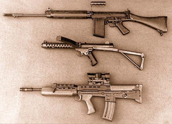 Индивидуальное оружие калибра 5,56 мм (внизу), представленное в 1985 г. вместе с образцами, которые оно заменило: винтовкой L1A1 (вверху) и 9-мм пистолетом-пулеметом «Стерлинг»