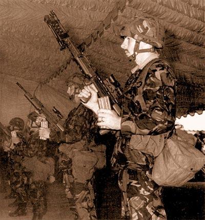1-й батальон «Уорчестерширских и шервудских егерей» получает первую партию только что изготовленных SA80 в 1985 г. Резинка от подвязки, которой обвязаны сошки, выглядит весьма символически. Обратите также внимание на новые британские каски и униформу – то, что сейчас называют «Проект 90 индивидуального комплекта одежды»