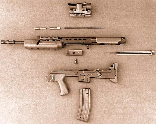 Индивидуальное оружие, вариант 1985 г., неполная разборка. Узнаете ли вы детали? Посмотрите на затвор и раму. Закон Мэрфи уже сработал, потребовав новый спусковой механизм и кожух защелки магазина. Обратите внимание на поперечно перемещающийся предохранитель