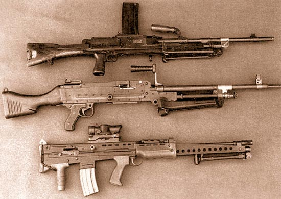 Легкое оружие поддержки калибра 5,56 мм (внизу) заменило пулемет «Брэн» L4, переделанный под патрон НАТО 7,62x51 мм (вверху), и единый пулемет L7A1 (выпускаемый по лицензии фирмы FN пулемет MAG), последний все же только в роли ручного пулемета отделения