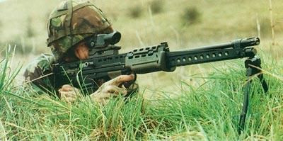 Хотя легкое оружие поддержки было принято в качестве замены ручного пулемета, его основное назначение – стрельба на большие дальности одиночными выстрелами в высоком темпе. С учетом таких факторов, как стрельба при запертом затворе, несменяемый ствол и склонность к большому рассеиванию при стрельбе очередями трудно не прийти к заключению, что его тактическое применение предопределила конструкция