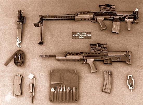 Система оружия SA80 в том виде, как она была представлена первоначально. Обратите внимание на втулку для холостой стрельбы (внизу справа), комплект для стрельбы патронами .22LR (внизу слева) и комплект для чистки (внизу в центре). Последний подвергся резкой критике